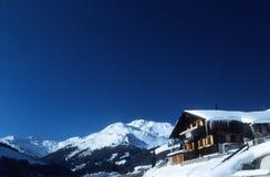 阿尔卑斯奥地利瑞士山中的牧人小屋 免版税图库摄影