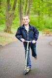 逗人喜爱的孩子滑行车 免版税图库摄影