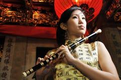 演奏妇女的亚洲美丽的长笛 库存图片