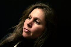 有吸引力的女性查找的纵向哀伤的白&# 免版税图库摄影