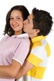φιλώντας νεολαίες πορτρέτου ζευγών Στοκ φωτογραφία με δικαίωμα ελεύθερης χρήσης