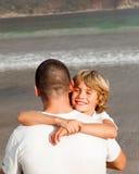 男孩父亲他拥抱的年轻人 库存图片