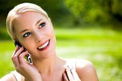 使用妇女的移动电话 免版税库存照片