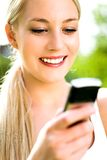 使用妇女的移动电话 免版税图库摄影