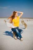 тетрадь девушки счастливая Стоковые Фото