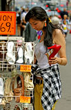 采购的巨大喜悦穿上鞋子妇女年轻人 免版税库存图片
