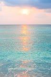 日出的绿松石海洋在热带海岛 免版税库存图片