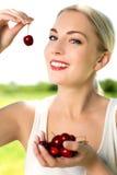 吃妇女的樱桃 免版税库存图片