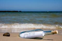 сообщение помощи бутылки Стоковые Фото