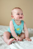傻笑的男婴 免版税库存照片