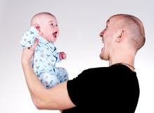 男婴父亲投掷 免版税库存照片
