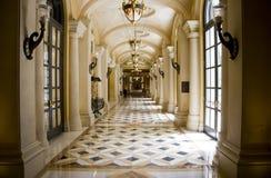 классицистическая роскошь корридора колоннады Стоковая Фотография