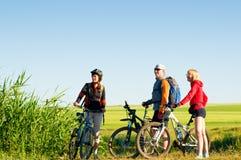 户外骑自行车的骑自行车者放松 免版税库存图片