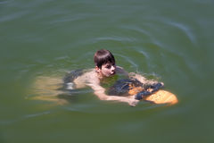 水下男孩的滑行车 免版税库存图片