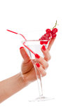 γυναίκα εκμετάλλευσης χεριών κοκτέιλ Στοκ Φωτογραφία