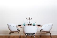 用餐现代空间圆桌 免版税图库摄影