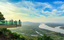 Nong Khai, Thaïlande - 20 octobre 2018 : Skywalk sur la falaise par le Mekong chez Wat Pa Tak Sua images libres de droits
