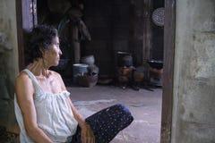 Nong Khai Thailand september 07, 2016: gammal kvinna i hem- near Royaltyfri Bild