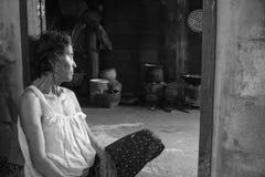 Nong Khai Thailand september 07, 2016: gammal kvinna i hem- near Royaltyfri Foto