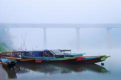 Nong Khiaw Bootsstation am nebelhaften Morgen stockbild