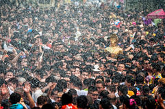NONGKHAI泰国4月13日:Songkran节日,人民倾吐水和Luang Pho Phra Sai雕象的被加入的游行  免版税库存照片