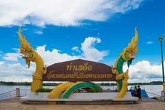 NONGKHAI, THAILAND-OCTOBER 06 :蛇或纳卡人雕象标志  库存图片