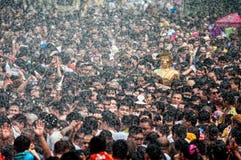 NONGKHAI ТАИЛАНД 13-ОЕ АПРЕЛЯ: Фестиваль Songkran, люди льет воду и соединенный парад статуи Luang Pho Phra Sai Стоковые Фотографии RF