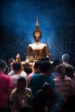 NONGKHAI THAILAND APRIL 13: Den Songkran festivalen, folket häller vatten till statyn av Luang Pho Phra Sai med hänsyn till tro p Arkivbilder