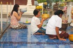 NONGKHAI THAILAND - OKTOBER 08: Be pagod för folk i tempel Royaltyfri Fotografi
