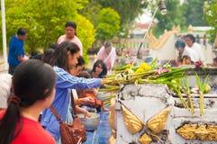 NONGKHAI THAILAND - OKTOBER 08: Be pagod för folk i tempel Royaltyfri Foto