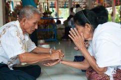 Nongkhai, THAILAND - OKTOBER 08: Bind de heilige draad in Thais r royalty-vrije stock foto