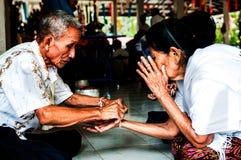 Nongkhai, THAILAND - OKTOBER 08: Bind de heilige draad in Thais r royalty-vrije stock afbeelding