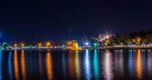 Nongprajak sjö på natten Udonthani, Thailand Arkivfoton