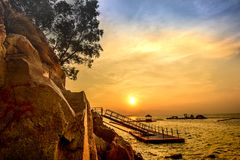 Nongsa巴淡岛印度尼西亚日落岩石  免版税库存图片