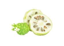 Noni-Früchte auf Weiß lokalisiertem Hintergrund Lizenzfreie Stockfotos