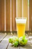 Noni owoc, noni okwitnięcie na starym drewnianym stole i sok i Obrazy Stock
