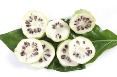 Noni slice on the leaves Royalty Free Stock Photography