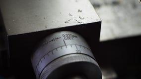 Nonio graduó en milímetros y pulgadas para el torno fotos de archivo libres de regalías