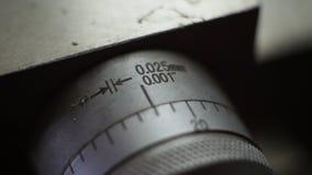 Noniusabgestuftes in den Millimeter und in den Zoll für Laufkatze Stockbilder