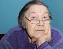 Nonna anziana con uno sguardo premuroso Fotografia Stock