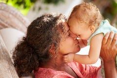 Nonna a casa che gioca con la nipote in giardino Fotografia Stock