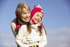 Nonna che abbraccia la sua nipote Fotografie Stock Libere da Diritti
