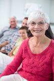 Nonna che esamina macchina fotografica e sorridere Fotografia Stock