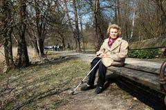 Nonna che gode del Sun! Fotografia Stock