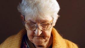 Nonna che legge un libro Fotografia Stock Libera da Diritti