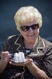 Nonna che mangia torta Fotografia Stock