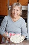 Nonna che produce le torte di carne Fotografia Stock