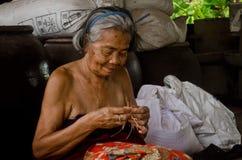 Nonna che si siede per il lavoro Fotografia Stock
