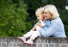 Nonna che tiene neonata sveglia Fotografia Stock