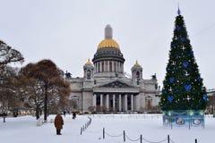 Nonna circa l'albero di Natale della cattedrale e della st Isaac su un clou Immagini Stock Libere da Diritti